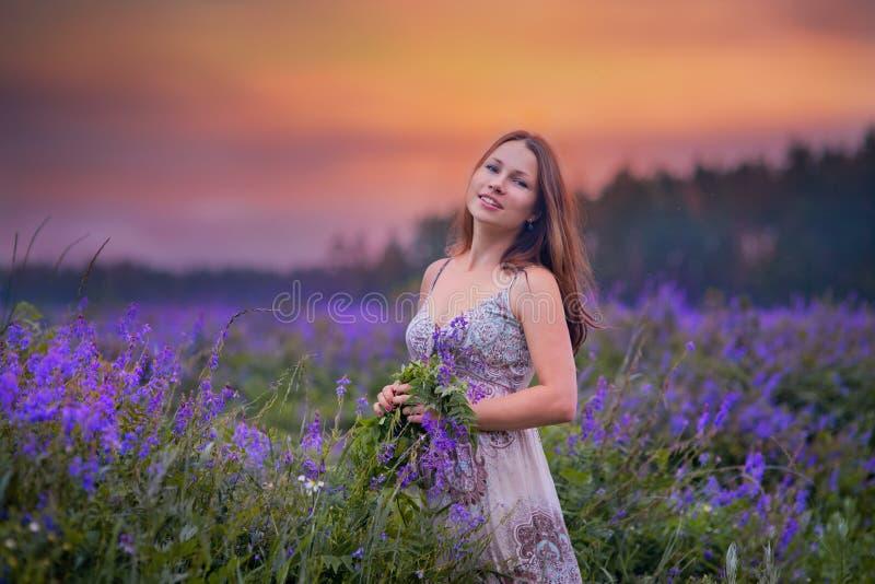 Ung kvinna i ett fält royaltyfria bilder