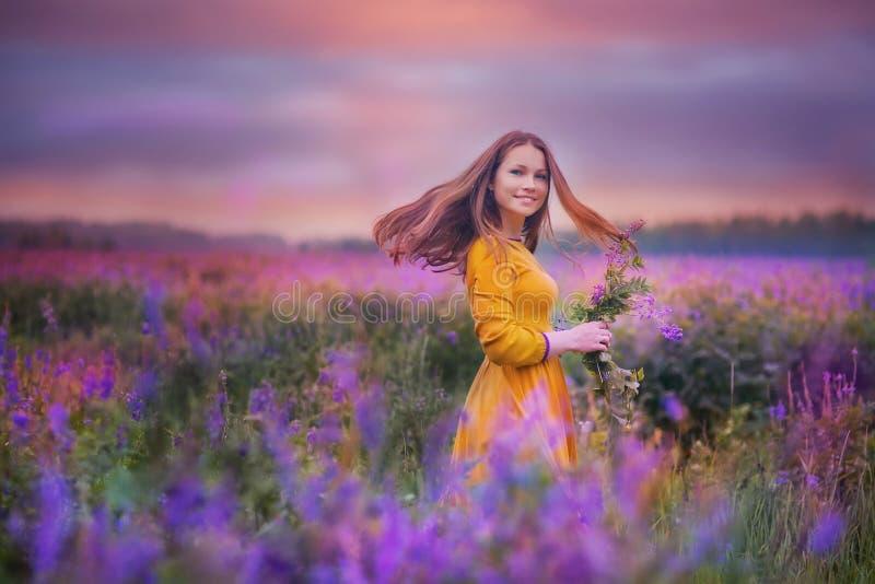 Ung kvinna i ett fält arkivfoton