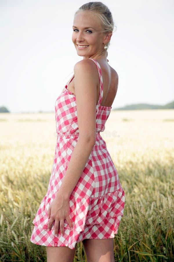 Ung kvinna i ett havrefält royaltyfri foto