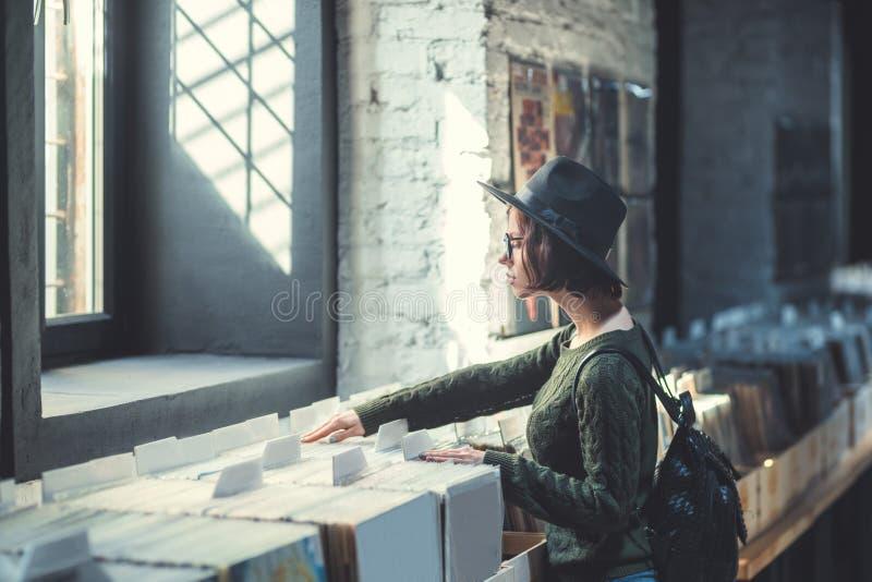 Ung kvinna i ett musiklager royaltyfria foton