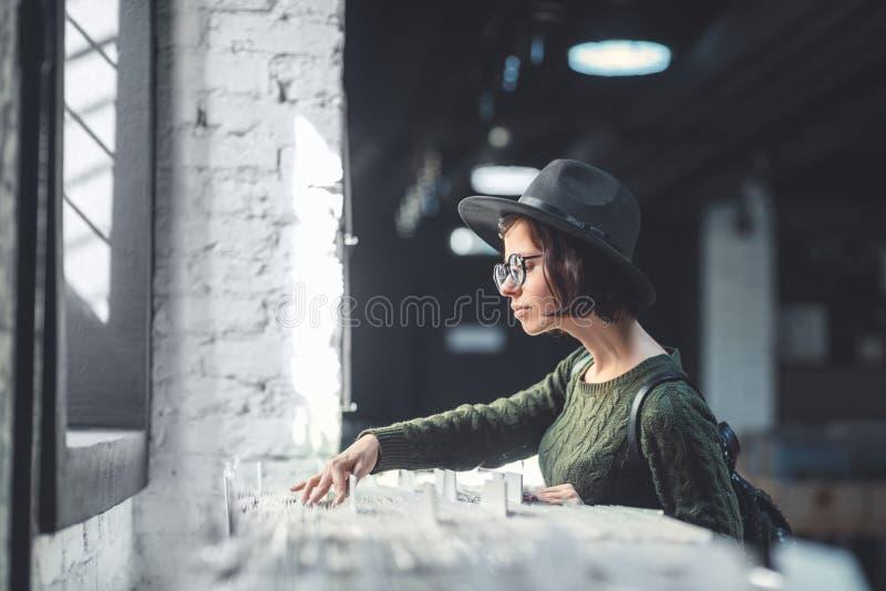 Ung kvinna i ett musiklager royaltyfri fotografi