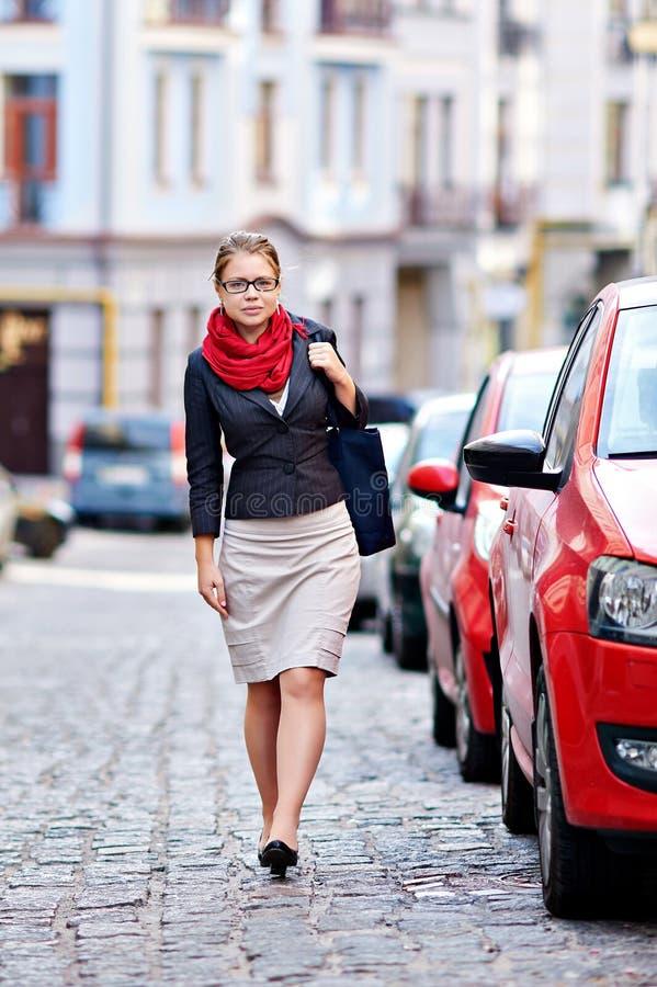 Ung kvinna i exponeringsglas som går i staden arkivfoto