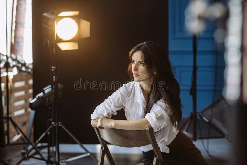 Ung kvinna i fotostudio royaltyfri fotografi