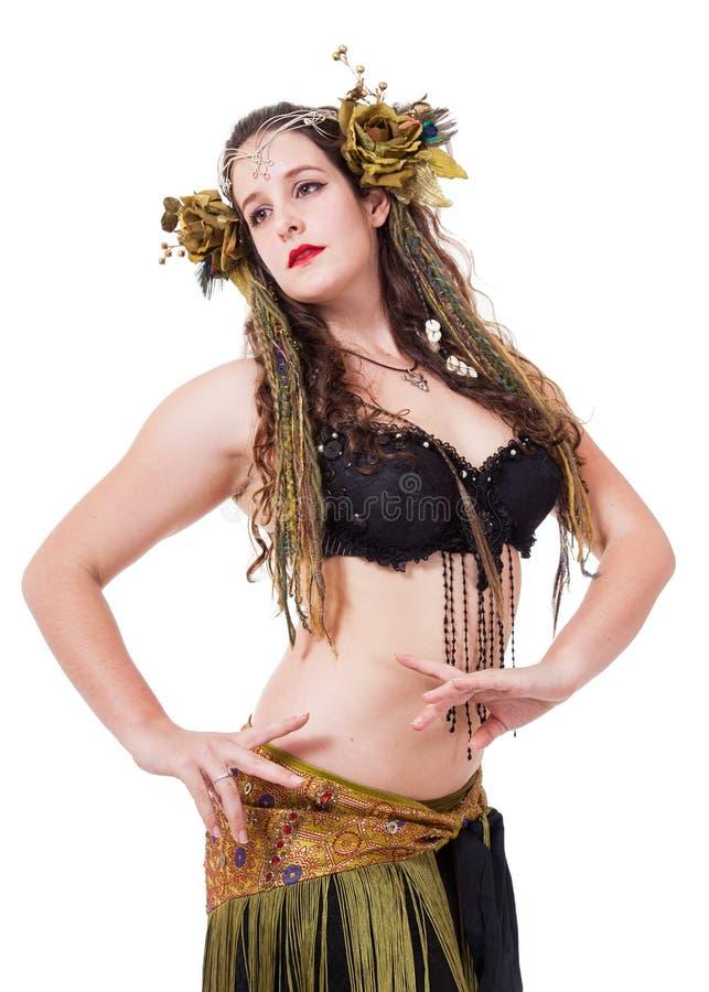 Ung kvinna i gaelic natur-inspirerad fantasidräkt royaltyfria bilder