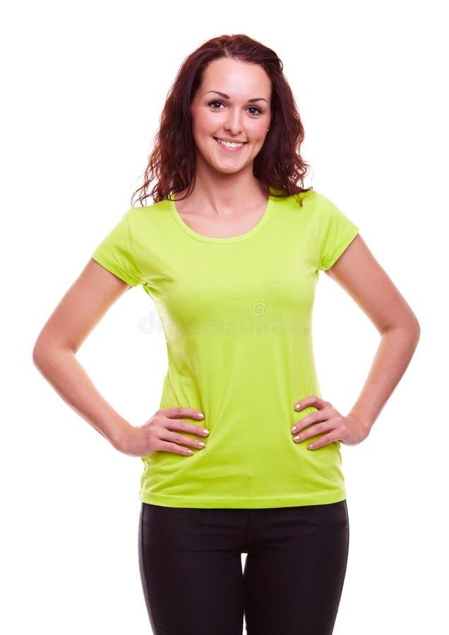 Ung kvinna i grön t-skjorta royaltyfri bild