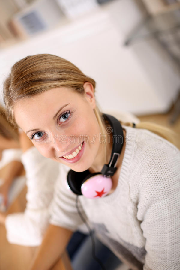 Ung kvinna i grupp med rosa hörlurar fotografering för bildbyråer