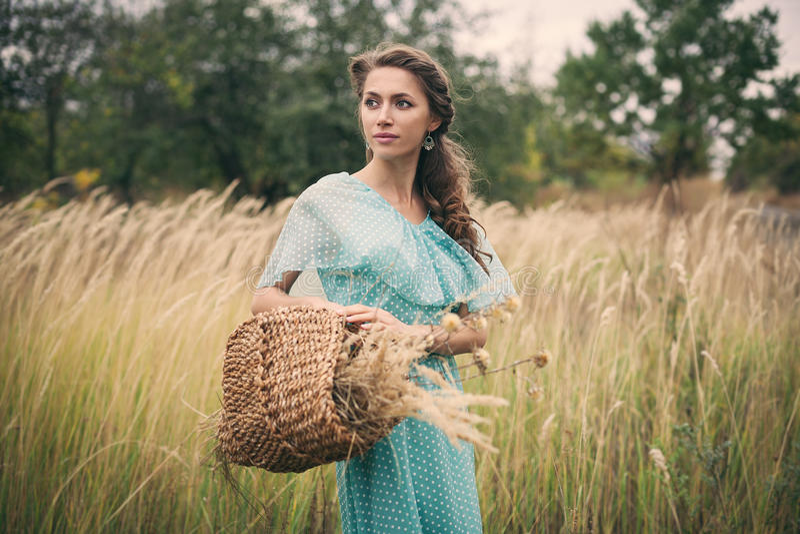 Ung kvinna i guld- vete, sommar arkivfoto