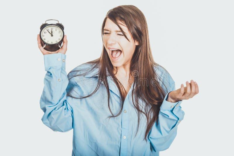 Ung kvinna i hållande ringklocka för stor skjorta arkivfoto