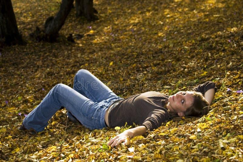 Ung kvinna i höstskog fotografering för bildbyråer