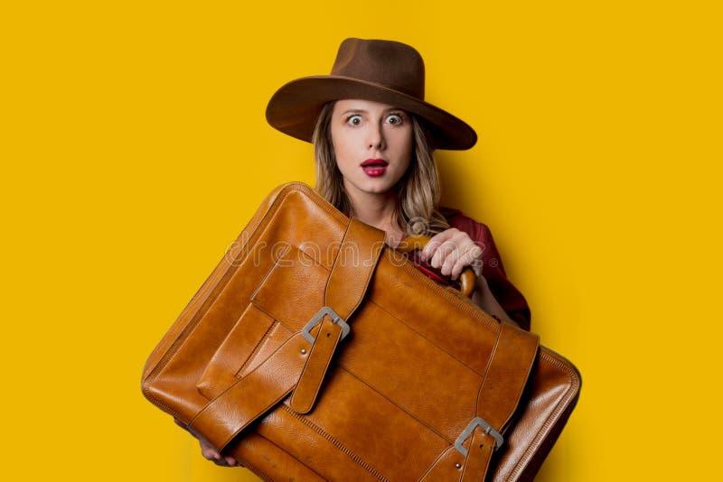 Ung kvinna i hatt med resväskan arkivfoto