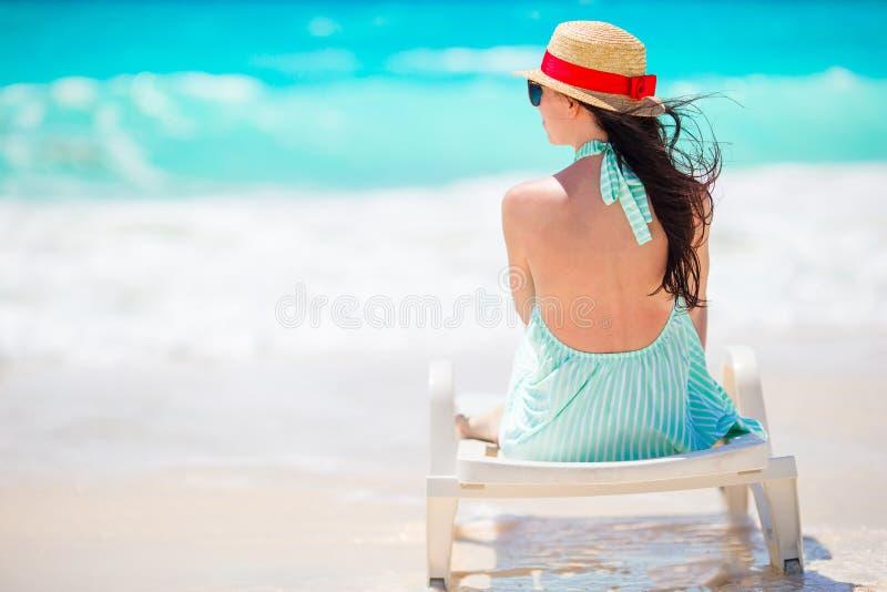 Ung kvinna i hatt på en tropisk strand royaltyfri foto