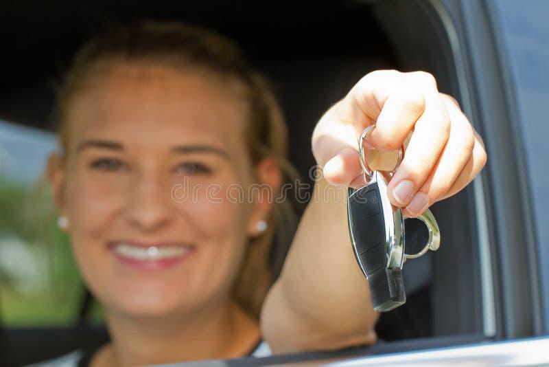 Ung kvinna i hennes nya bil royaltyfria foton