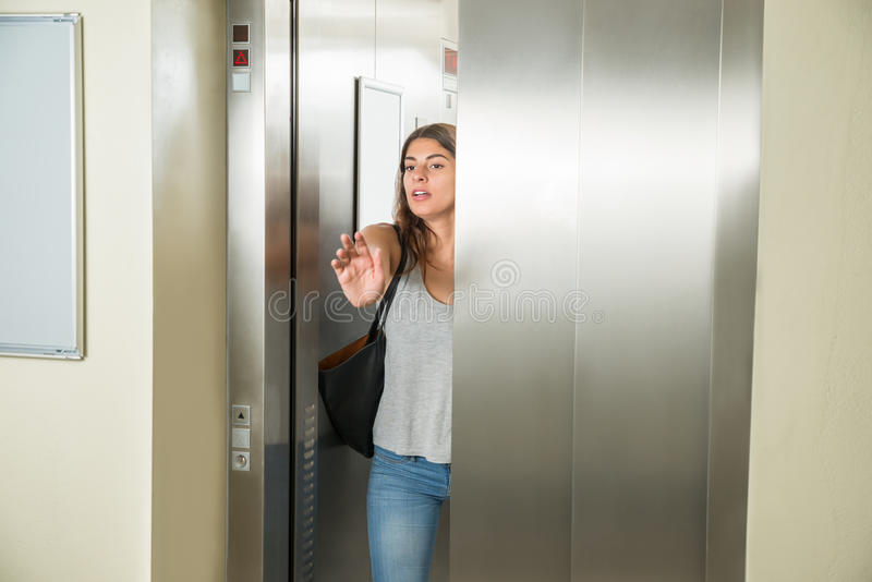 Ung kvinna i hiss fotografering för bildbyråer