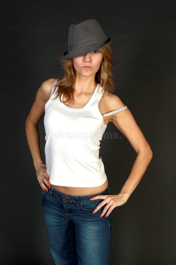 Ung kvinna i jeans arkivfoton