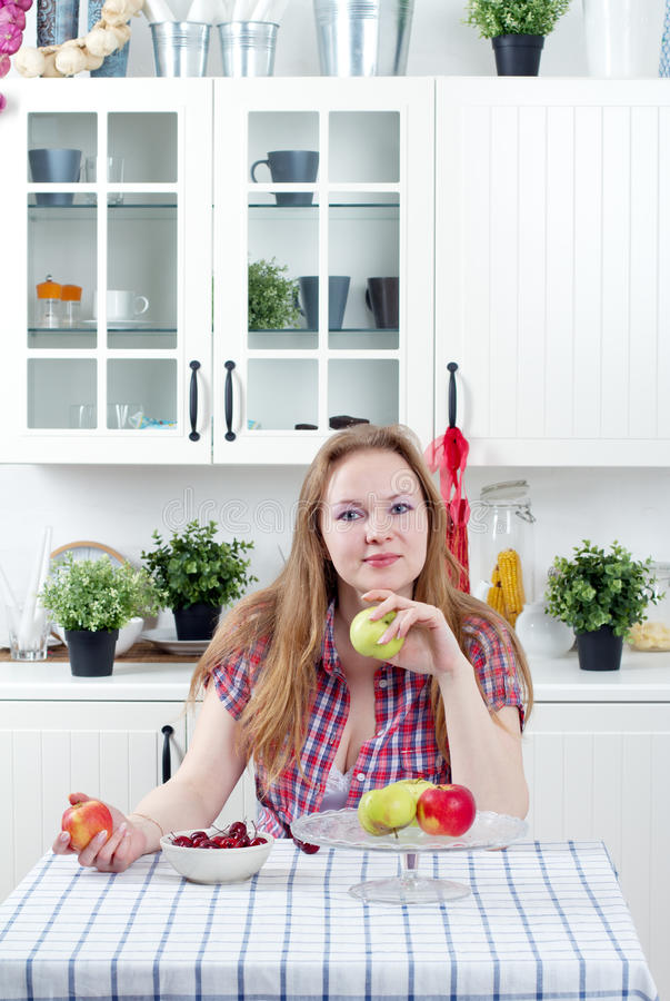 Ung kvinna i kök royaltyfria foton