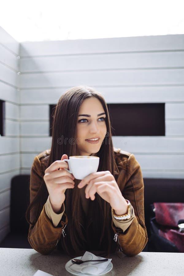 Ung kvinna i kaféstång arkivbilder