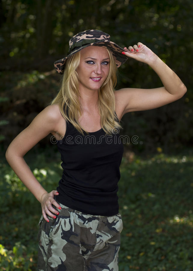 Ung kvinna i kamouflage royaltyfri fotografi
