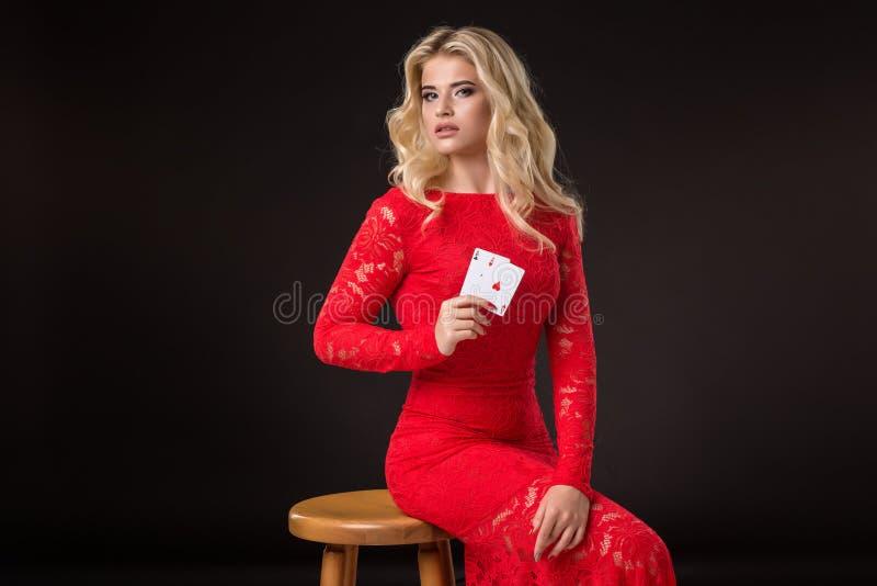 Ung kvinna i kasino med kort över svart bakgrund poker arkivfoto