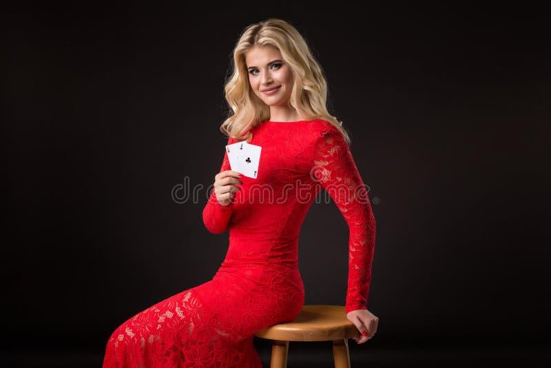 Ung kvinna i kasino med kort över svart bakgrund poker royaltyfria foton