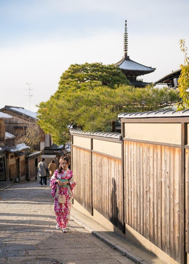 Ung kvinna i kimono arkivfoto
