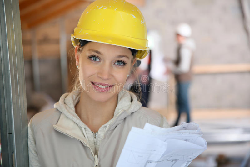 Ung kvinna i konstruktionslärlingskap arkivfoton