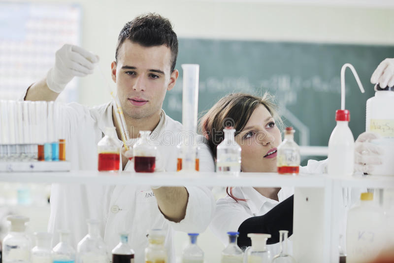 Ung kvinna i laboratorium royaltyfri fotografi