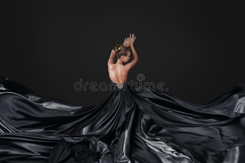Ung kvinna i lyxig lång klänning fotografering för bildbyråer