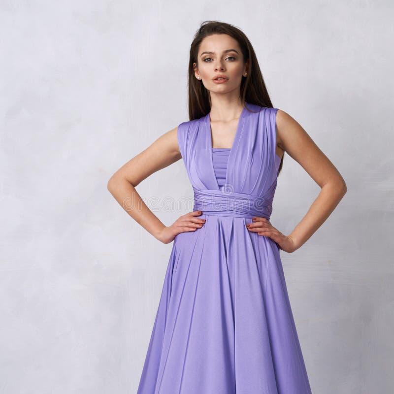 Ung kvinna i maxi klänning för purpurfärgad bandeau arkivfoto