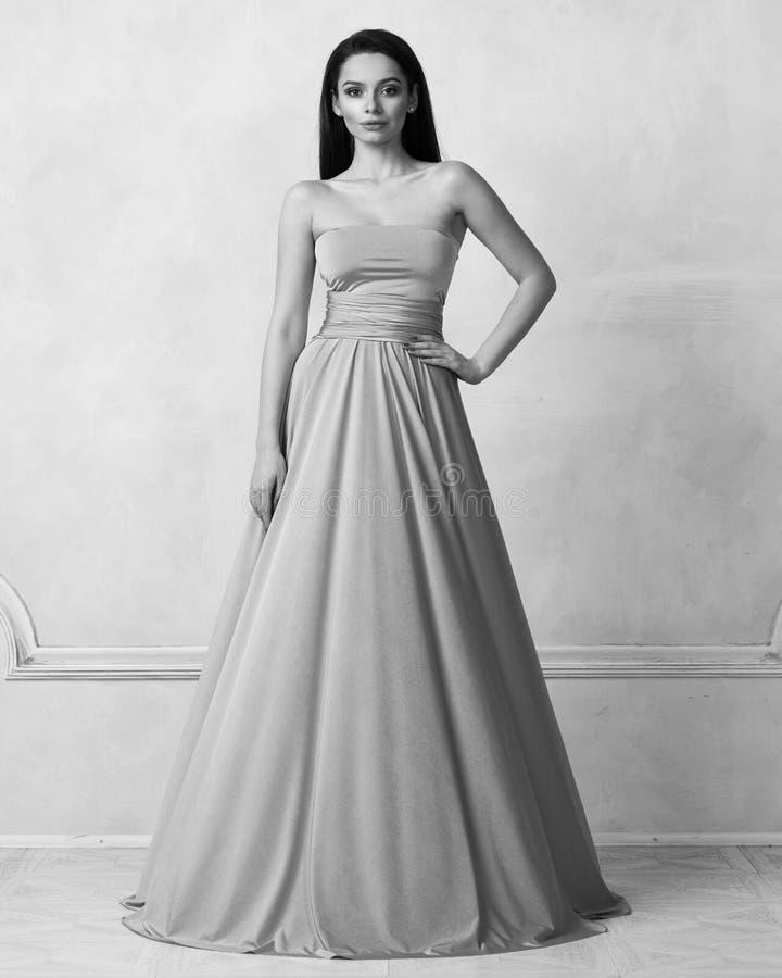 Ung kvinna i maxi klänning för tuquoisebandeau royaltyfri fotografi
