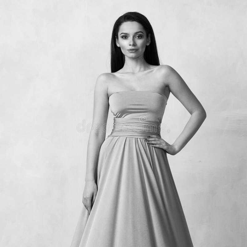 Ung kvinna i maxi klänning för tuquoisebandeau fotografering för bildbyråer