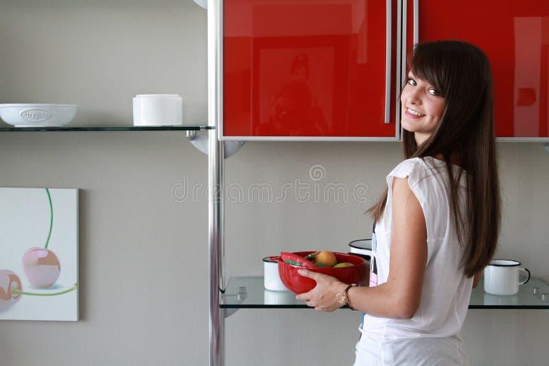 Ung kvinna i modernt kök royaltyfri bild