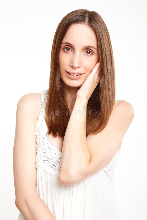 Ung kvinna i röra nightwear henne kind arkivfoto
