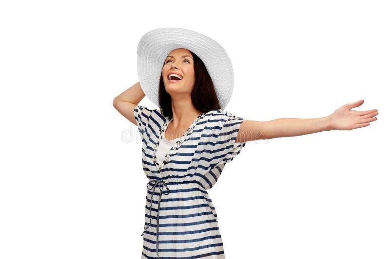 Ung kvinna i randig tunika- och solhatt arkivbild