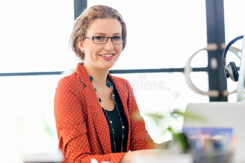 Ung kvinna i regeringsställning royaltyfria bilder