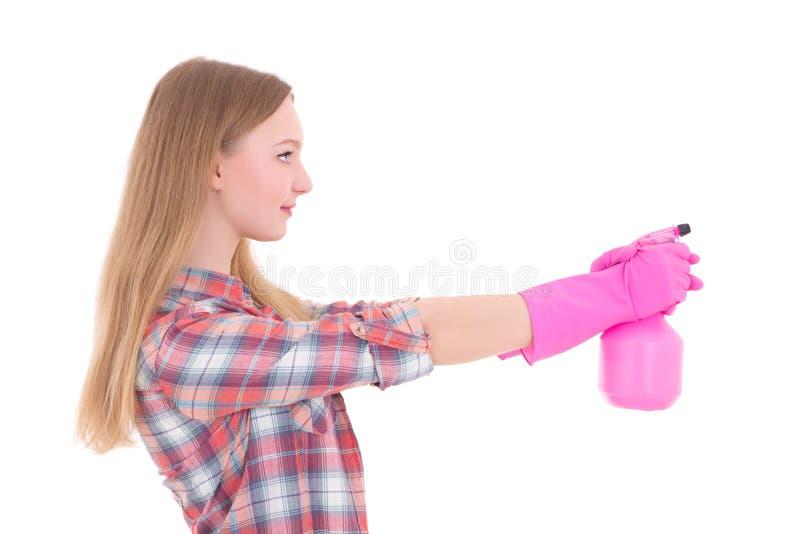 Ung kvinna i rosa rubber handskar med sprej som isoleras på vit arkivfoton