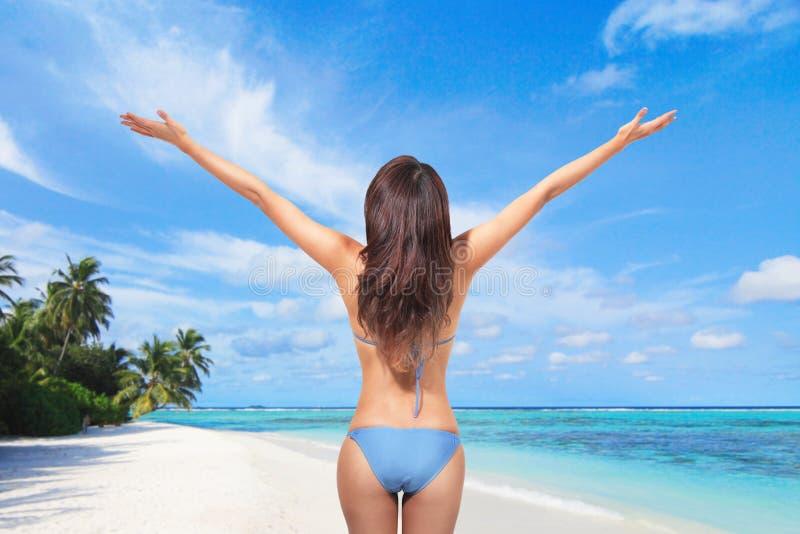 Ung kvinna i sexig bikini på stranden royaltyfria bilder