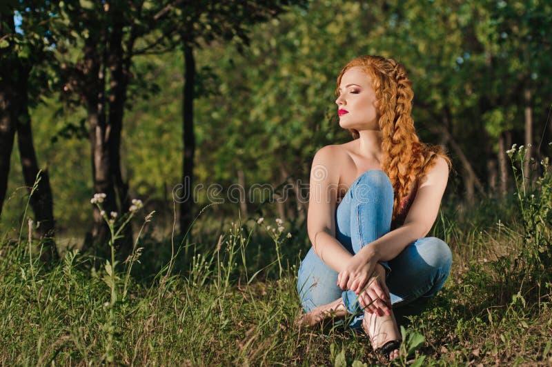 Download Ung kvinna i skogen arkivfoto. Bild av redheaded, kvinnlig - 27279060