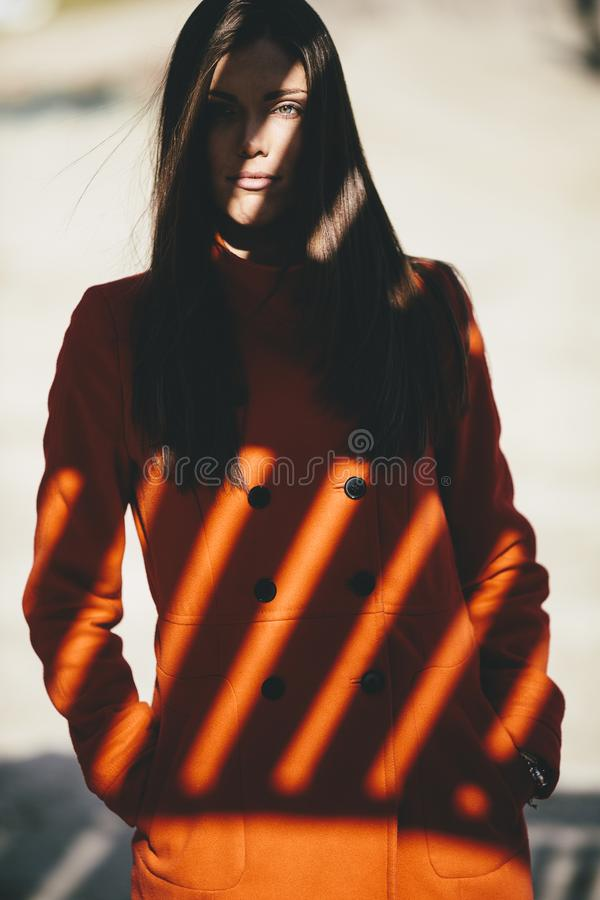 Ung kvinna i skuggan arkivbild