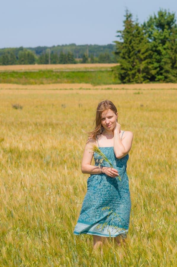 Ung kvinna i sommartidfält