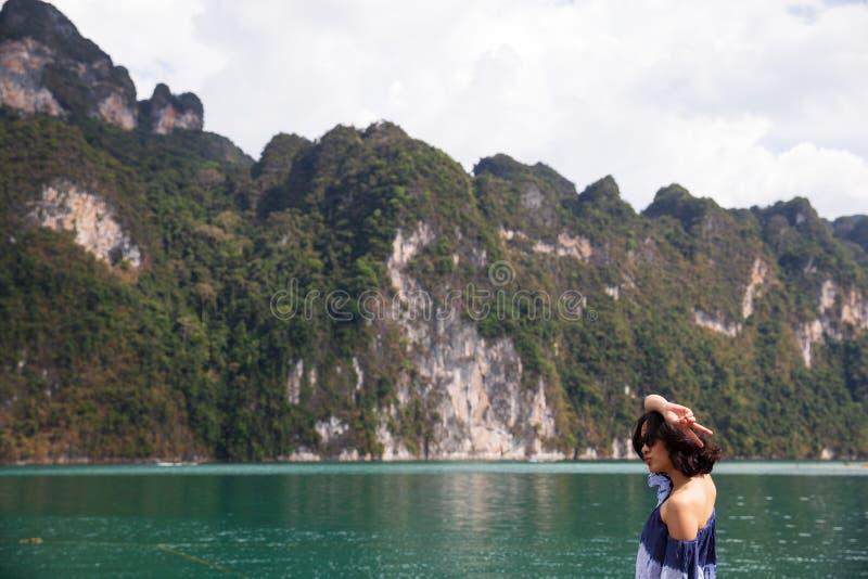 Ung kvinna i sommartorkduken som står och ser till havet royaltyfria bilder