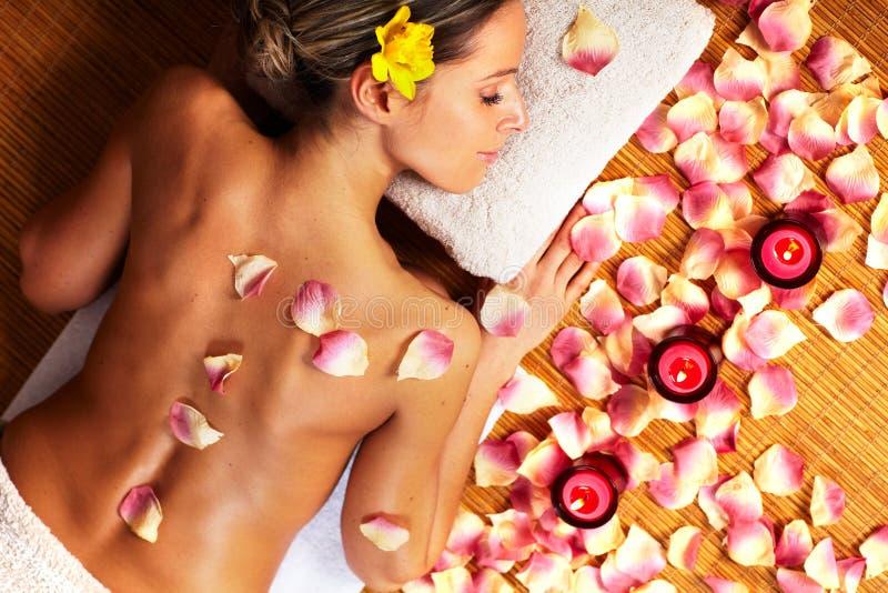 Ung kvinna i Spa massagesalong. arkivbild
