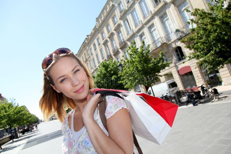 Ung kvinna i stadshopping royaltyfri bild
