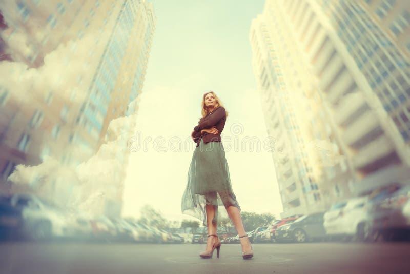 Ung kvinna i storstaden royaltyfria foton