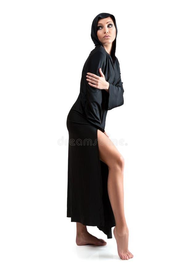 Ung kvinna i svart huv royaltyfria foton