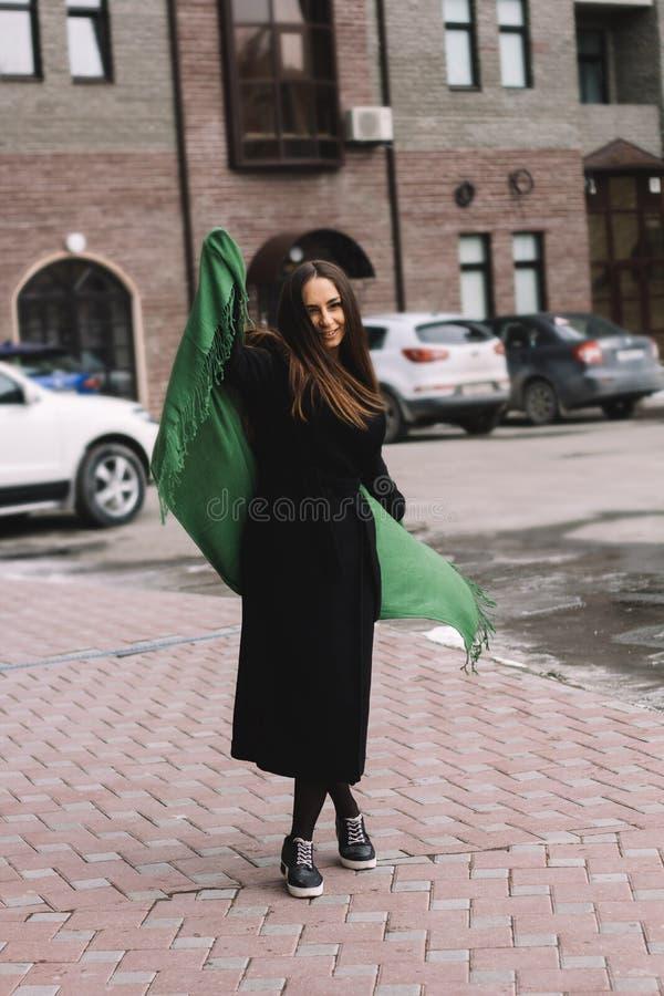 ung kvinna i svart lag och gräsplanhalsduk arkivbild