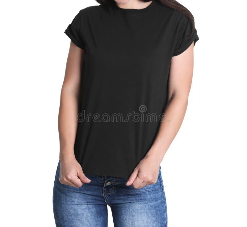 Ung kvinna i svart t-skjorta på vit backgroun royaltyfri fotografi