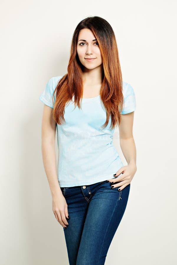 Ung kvinna i T-tröja gullig framsida Färgläggninghår royaltyfria foton