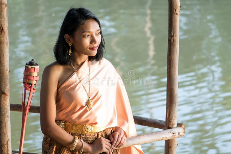 Ung kvinna i traditionell thailändsk kläder arkivbilder