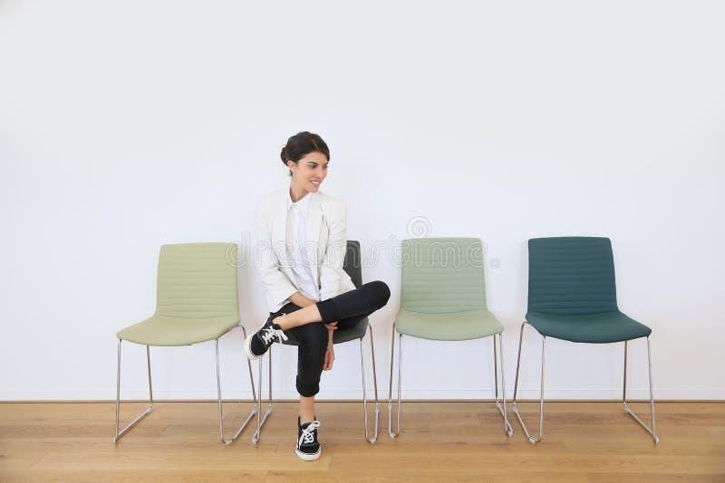 Ung kvinna i väntande rum royaltyfri fotografi