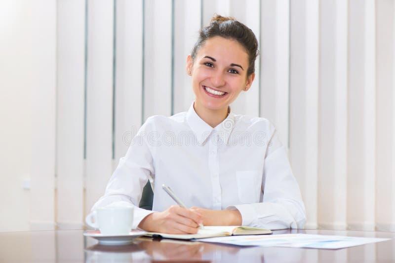 Download Ung Kvinna I Vitt Sammanträde På Tabellen Fotografering för Bildbyråer - Bild av flicka, businessperson: 37349581